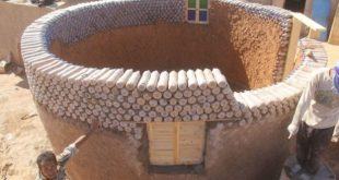 Refugiado constrói casas de garrafa PET resistentes ao deserto
